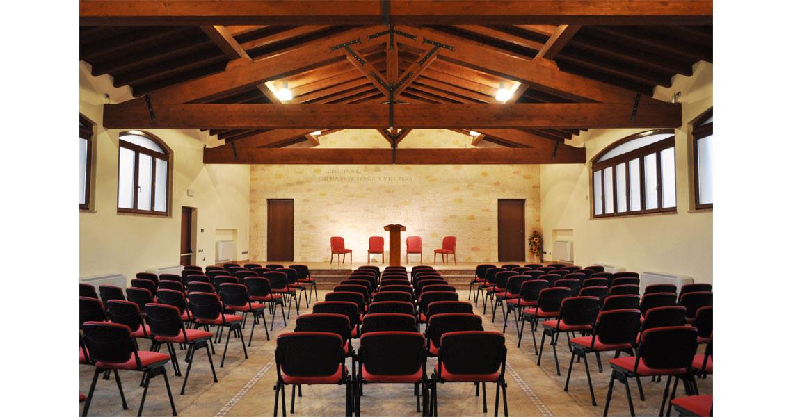 Sedie sgabelli e tavoli per l 39 arredo religioso chiesa ed for Arredo chiesa