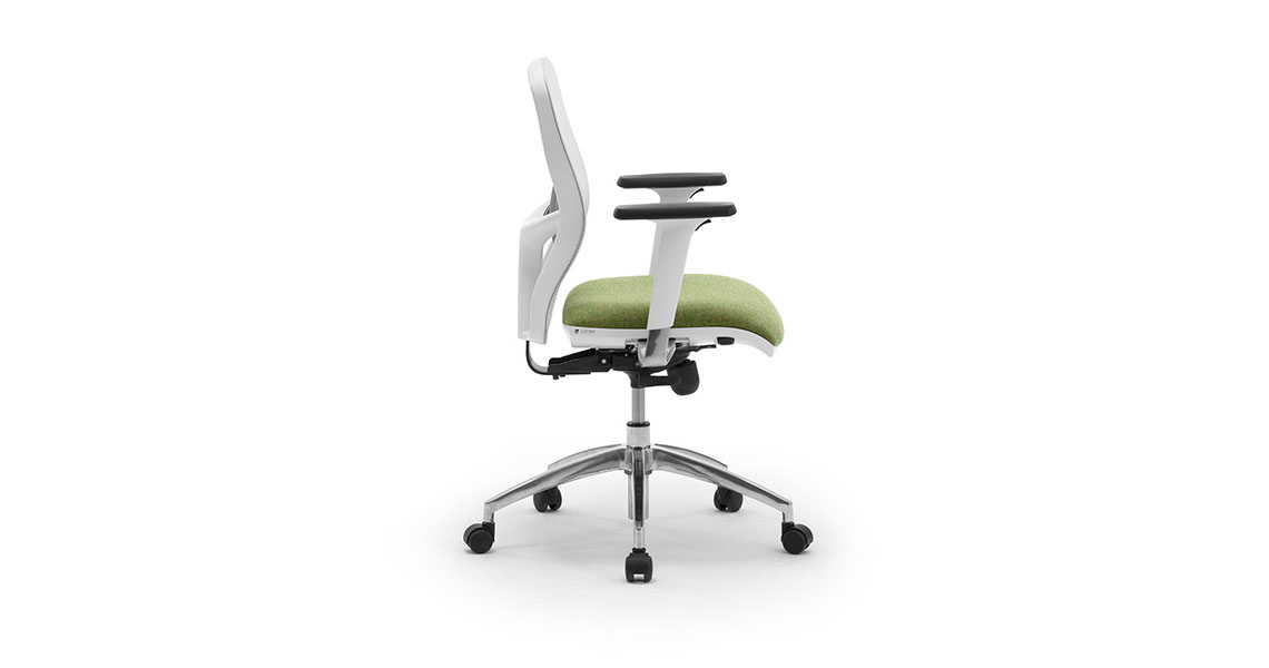 Sedia ufficio girevole in rete traspirante con braccioli for Sedute da ufficio